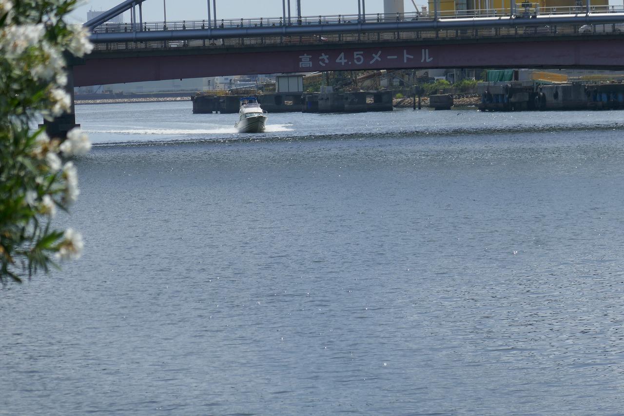 最初の帰港中のボート